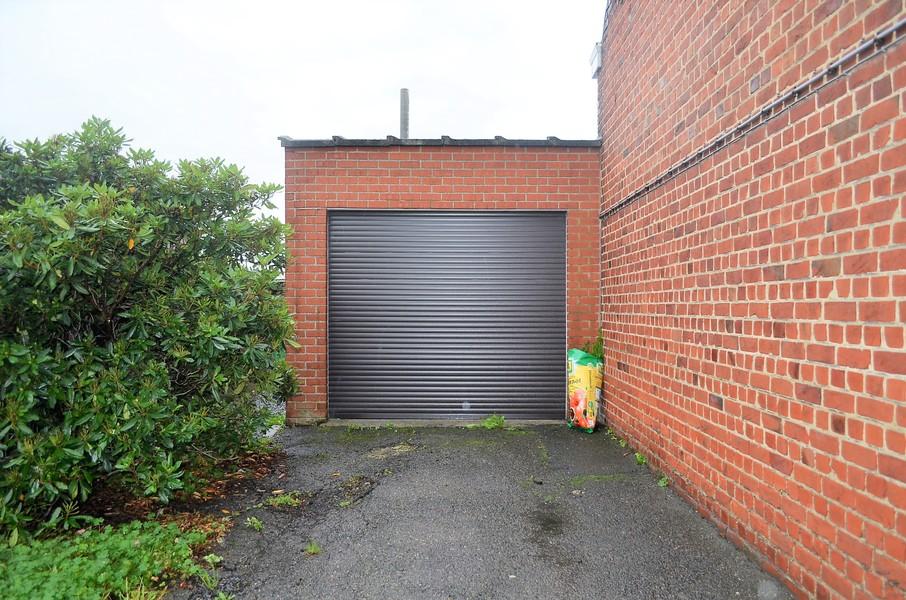 Alleenstaande woning met garage en tuin te Ardooie.