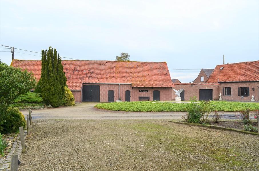 Rustig gelegen hoeve op 4310 m² te Oostrozebeke.