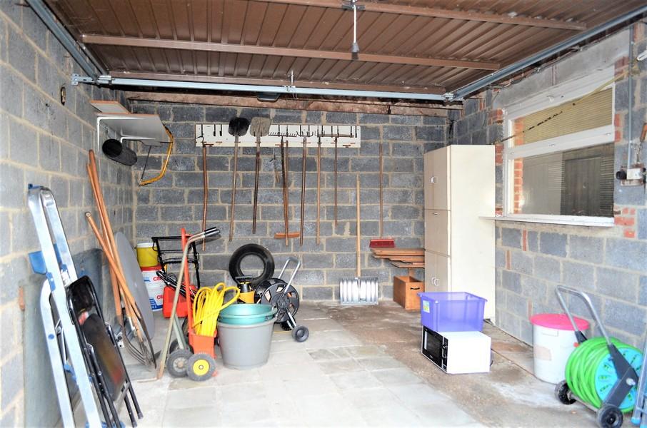 Karaktervolle woning met uitweg en garage te Ooigem.