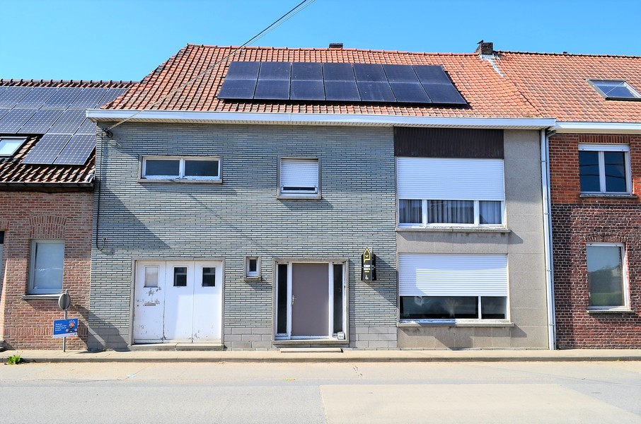 Woning met garage en grote tuin te Lendelede.