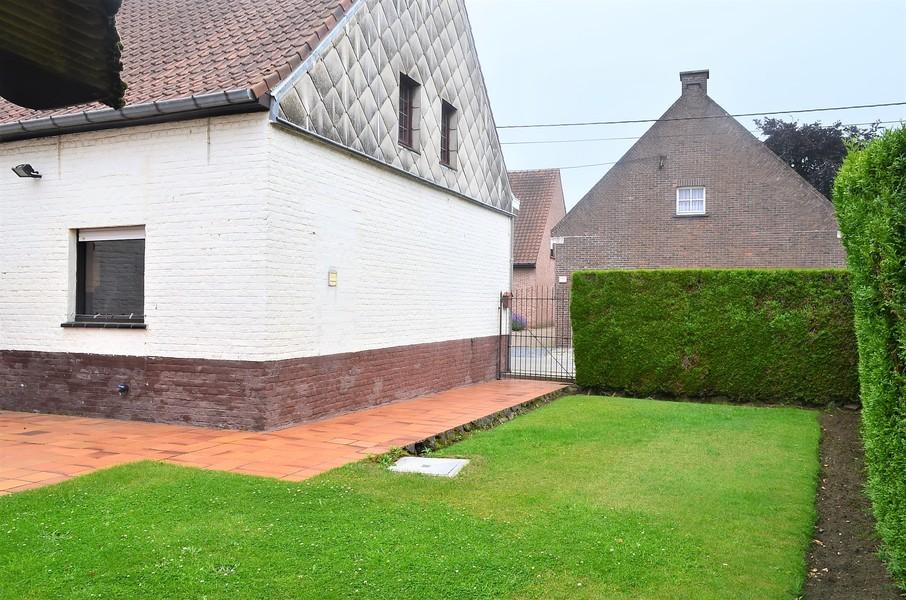 Alleenstaande woning met garage te Emelgem.