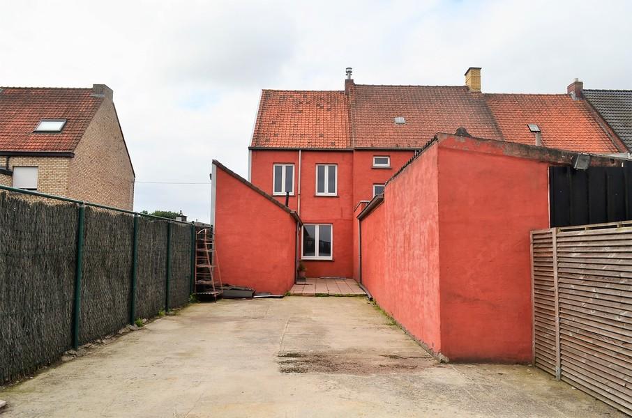 Op te frissen woning met tuin in centrum Ingelmunster.